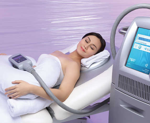 Woman undergoing coolsculpting body contouring procedure