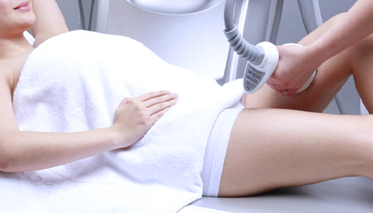 thermo magnetic pulse treatment on thighs and legs of woman